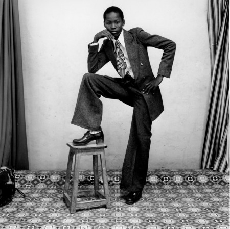 Malick-SidibÇ_Un-jeune-gentleman_1978-YOUNG MAN WITH BELLBOTTOMS, SATCHEL, AND WATCH. 1977952x950